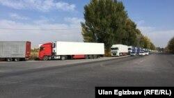 Грузовой транспорт на территории Кыргызстана близ границы с Казахстаном. 16 октября 2017 года.