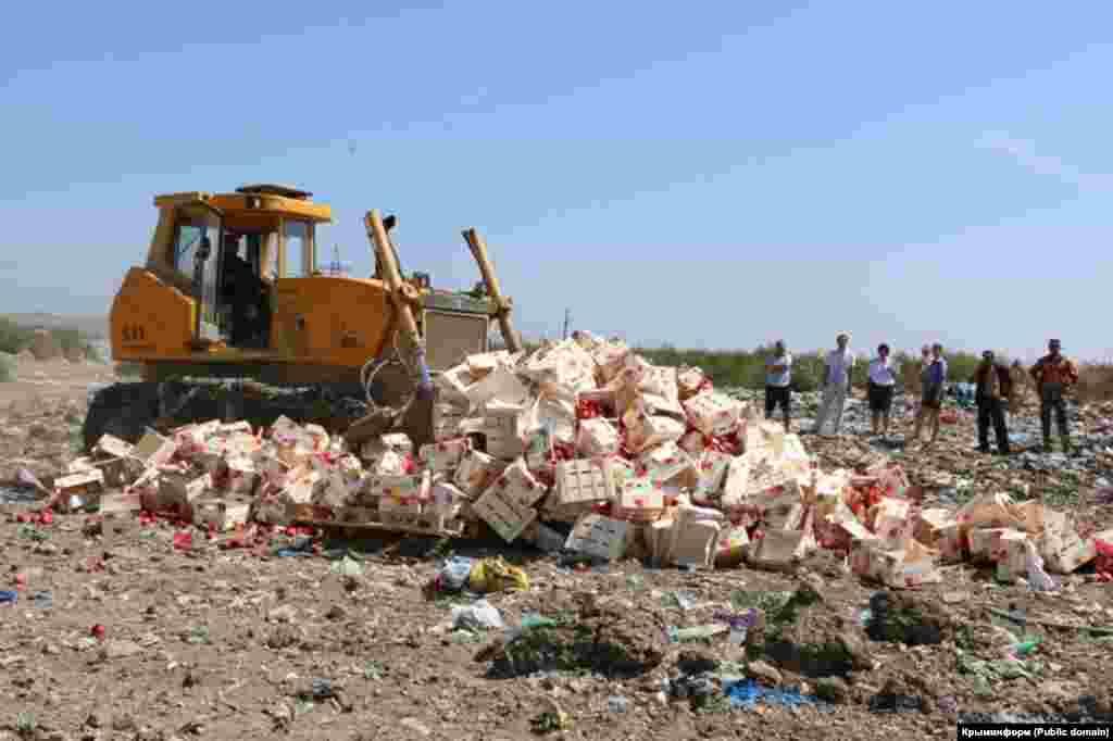 У Криму це було друге знищення продуктів, раніше в Армянську була знищена партія овочів з Євросоюзу.