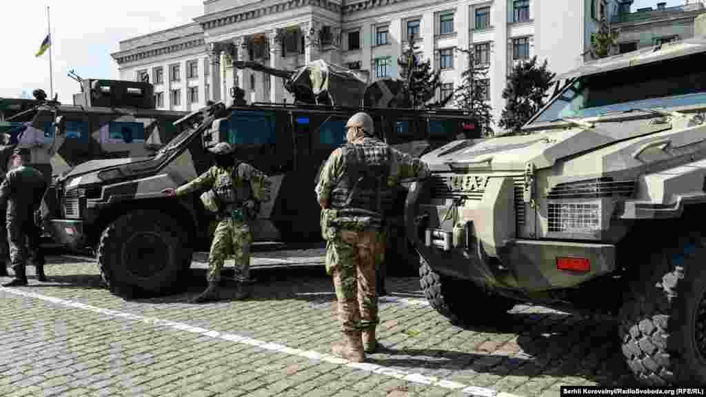 Бійці Національної гвардії прибули в Одесу зі своєю бронетехнікою