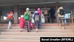 Ученицы общеобразовательной школы № 37 в микрорайоне Жулдыз идут на занятия. Уральск, 5 октября 2017 года.
