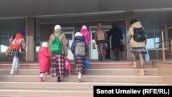 Ученицы общеобразовательной школы № 37 с родителями у входа в здание школы. Уральск, 5 октября 2017 года.