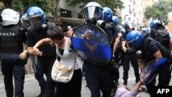 Задержание демонстрантов в ходе акции протеста против нападения террориста-смертника, в котором были убиты 32 человека. Анкара, 25 июля 2015 года.