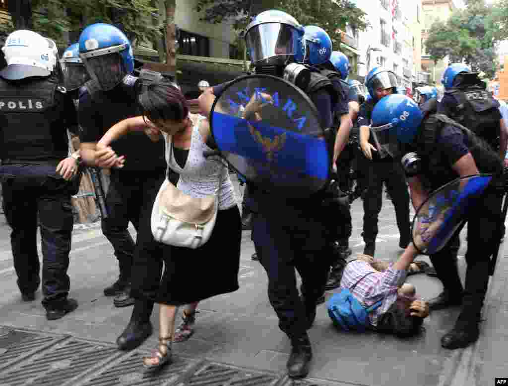 В ответ на рейды сотни жителей вышли с протестами на улицыСтамбула и Анкары На фото - полиция задерживает женщину 25 июля
