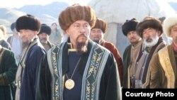 Актер Досхан Жолжаксынов (в центре) в роли Кунанбая в одноименном фильме, режиссером которого выступил он сам. Фото Рафата Бегишева.