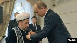 Элегрәк Илдус Фәизгә Русия президенты Владимир Путин медаль тапшырган иде