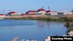 Если озеро поднимется, то вода затопит дома (архивное фото).