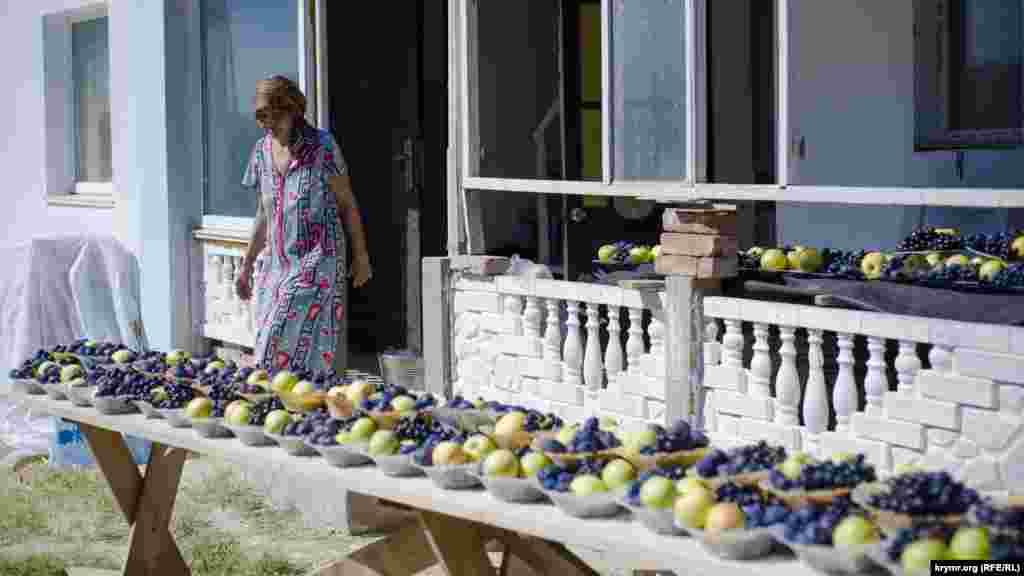 В это время женщины раскладывают по тарелкам фрукты и ягоды для всех мусальман села
