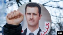 Сторонники сирийского президента Башара Асада митингуют во время переговоров по урегулированию конфликта