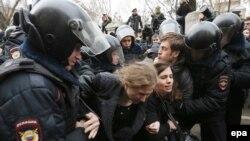 Мария Алехина (слева), Надежда Толоконникова и Петр Верзилов на акции протеста у Замоскворецкого суда в момент, когда их задерживает полиция