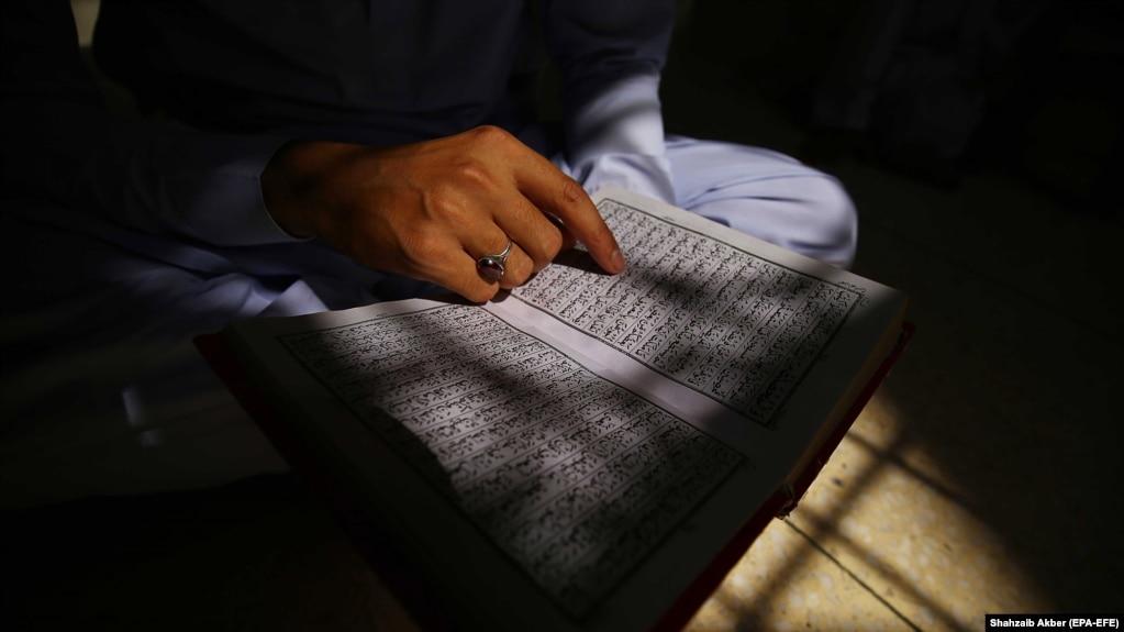 Një person duke lexuar Kuranin. Fotografi nga arkivi.
