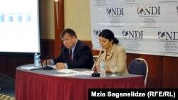 Директор грузинского офиса NDI Луис Наварро сегодня презентовал результаты очередного опроса грузинского населения