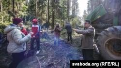 Архіўнае фота. Пратэст жыхароў Бараўлянаў супраць высяканьня лесу ў красавіку 2016 году