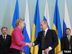 """Юлия Тимошенко и Владимир Путин заключают """"газовое соглашение"""", приведшее позднее Тимошенко в тюрьму. Москва, 2009 год"""
