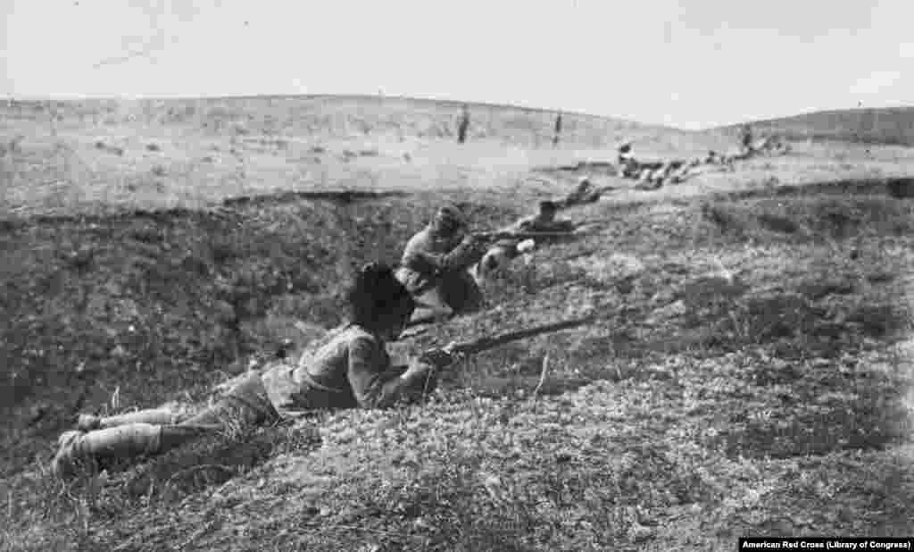 Belogardejci (pripadnici Bele armije, prim. prev.) među kojima neki nose kozačke kape, u borbenoj poziciji u ravnici na jugu Rusije.
