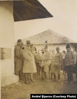 Ofițeri români în lagărul Șipote, 1918. Sursa: Andrei Șiperco (ed.), Tragedii și suferințe neștiute...., 2003 (AFB, E 2020 Schachtel nr. 111)