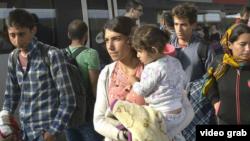 Мигранты с Ближнего Востока у границы между Венгрией и Австрией