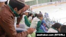 На фото - одно из государственных мероприятий, на котором заставили присутствовать школьников. Ашхабад. Туркменистан, 2013
