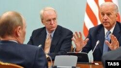 Вице-президент США Джо Байден (справа) и Владимир Путин (на тот момент - премьер-министр России) во время встречи в Москве. 10 марта 2011 года.
