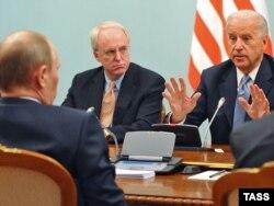 Владимир Путин (чапда) ва Байден учрашуви. 2011 йил 10 март.