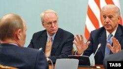 Премьер-министр Владимир Путин (сидит спиной) на встрече с вице-президентом США Джо Байденом. Москва, 10 марта 2011 года.