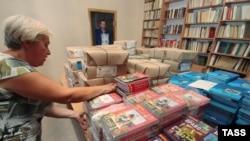 Во время завоза новых российских учебников в одну из общеобразовательных школ Крыма. Симферополь, 12 августа 2014 года.