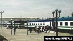 Железнодорожный вокзал в городе Андижане. Сборщиков отправляют на принудительный сбор хлопка в Ташкентскую область, 14 октября 2017 года.
