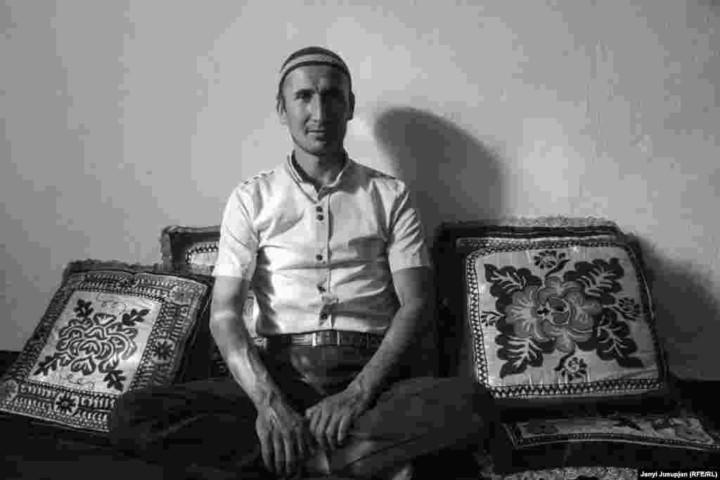 Nawruz is proud to be a member of the Kipchak, a once-powerful tribe in Central Asia. His six siblings have left Jerge-Tal and moved to Kyrgyzstan, where his father and half-siblings live. Nawruz also wants to move to Kyrgyzstan, but his wife, who barely speaks Kyrgyz, is reluctant to go.