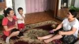 Мәжіліс депутаты Ирина Смирнова (оң жақта) бес балалы ана Әтіргүл Рахимовамен кездесіп отыр. Астана, 6 маусым 2018 жыл