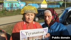 Sharing a newspaper in a village in Tatarstan.