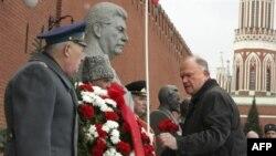 Rusiya kommunistləri Stalinin məzarını ziyarət edir. 5 mart 2008