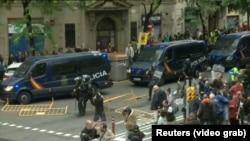 Полиция во время разгона демонстрации в день референдума, 1 октября