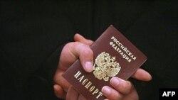 Некоторые политики считают выдачу паспортов тайной агрессией против Украины