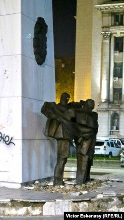 Un monument în centrul Capitalei (2017)...