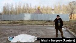 Тело погибшего в результате обстрелов Донецка