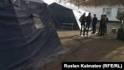 Школьники учились в этих палатках. Ала-Букинский район.