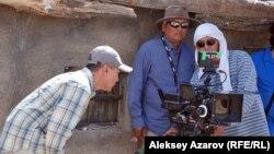 Казахстанский режиссер Акан Сатаев (справа) на съемках картины «Дорога к матери». Алматинская область, 29 июня 2015 года.