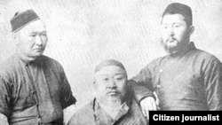 Абай (в центре) с сыновьями Акылбаем (слева) и Турагулом (справа).