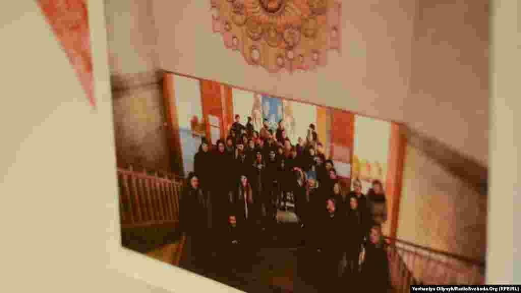 «Відкрита група», «Ті самі місця». Експозиція документує подорож місцями з об'єктами Закарпатської спілки художників радянської України. Учасники «Відкритої групи» вирішили подивитися, як зараз виглядають проекти радянського ужгородського Художфонду. Проект задумали ще до ухвалення «декомунізаційних» законів, і художники кажуть: більшість робіт зникла й без владних директив.