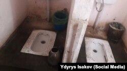 Туалет центра Госсанэпиднадзора города Оша.