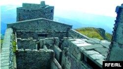 Обсерваторія на горі Піп Іван не діє вже понад 70 років, зруйнована часом і людьми, фотографія зроблена до початку консервації