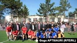 Больше всего сегодняшним мероприятиям радовались дети, проживающие в одном из мест компактного поселения беженцев в Карели. Для них открыли новенький футбольный стадион