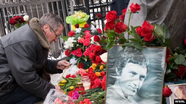Flowers being laid at a memorial to Vladimir Vysotsky (file photo)