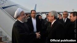 Президент Армении Серж Саргсян встречает президента Ирана Хасана Рухани в ереванском аэропорту «Звартноц», 21 декабря 2016 г.