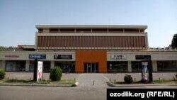 Здание бывшего ТЦ Turkuaz в Ташкенте.