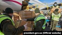 Нацгвардійці розвантажують літак у аеропорту «Бориспіль», 31 березня 2020 року