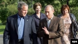 Обсуждали ли президенты Путин и Буш проблему демократии и прав человека прошлым летом в Петербурге - неизвестно