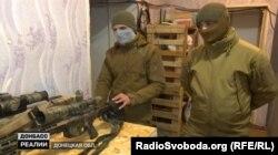 Бійці ЗСУ, які працюють удвох як снайперська пара на Донбасі
