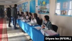 На избирательном участке во время парламентских выборов. Мангистауская область, 20 марта 2016 года. Иллюстративное фото.
