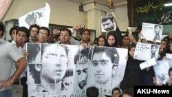 سه تن از حدود ۲۰ دانشجويی که روز سه شنبه هشتم آبان ماه در تجمع اعتراضی در دانشگاه علامه طباطبايی بازداشت شده بودند، همچنان در بازداشت بسر می برند