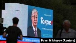 Агитационный баннер на электронном табло с изображением президента Касым-Жомарта Токаева, который вступил в должность в марте после отставки Нурсултана Назарбаева и добивается продления президентских полномочий на выборах 9 июня.